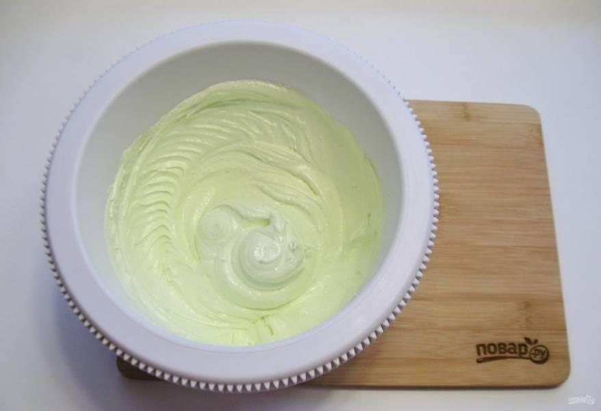 Добавьте пищевой зеленый краситель, чтобы ёлочка была зеленой.