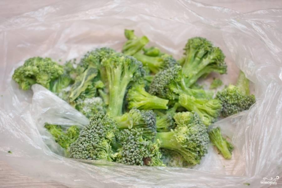 Брокколи разберите на соцветия. У меня овощ в замороженном виде. Можно взять и такой, и свежий, принципиальной разницы нет.
