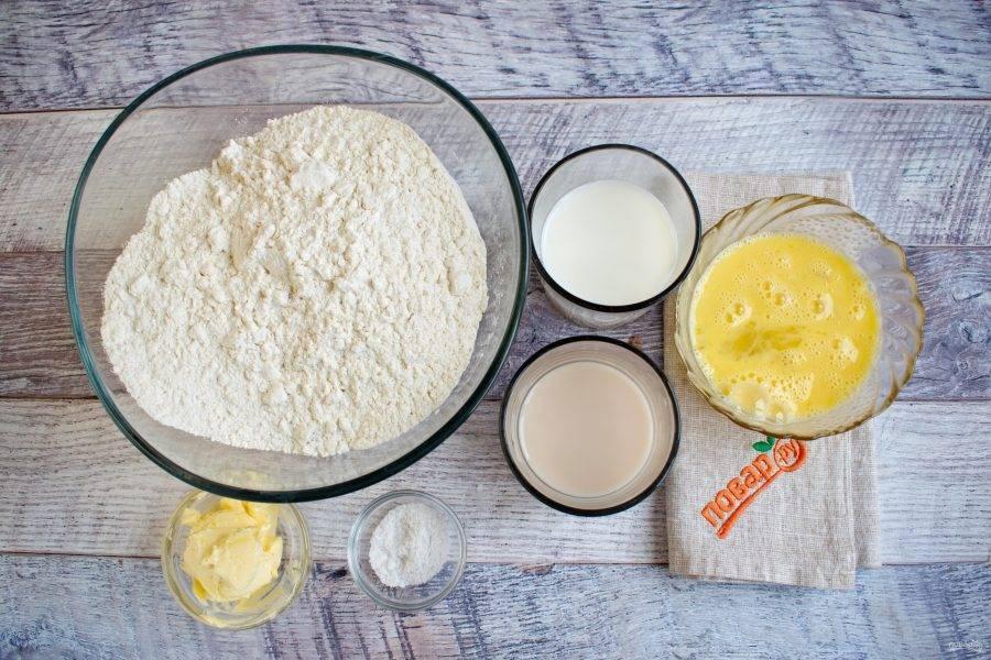 Дрожжи разведите в воде комнатной температуры. Сахар -  в молоке. Яйца взболтайте.
