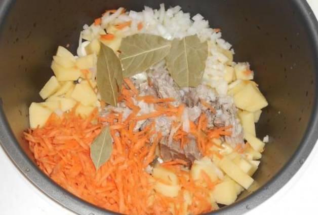 Теперь кладем лук и морковь, а также мясо + лавровые листы.