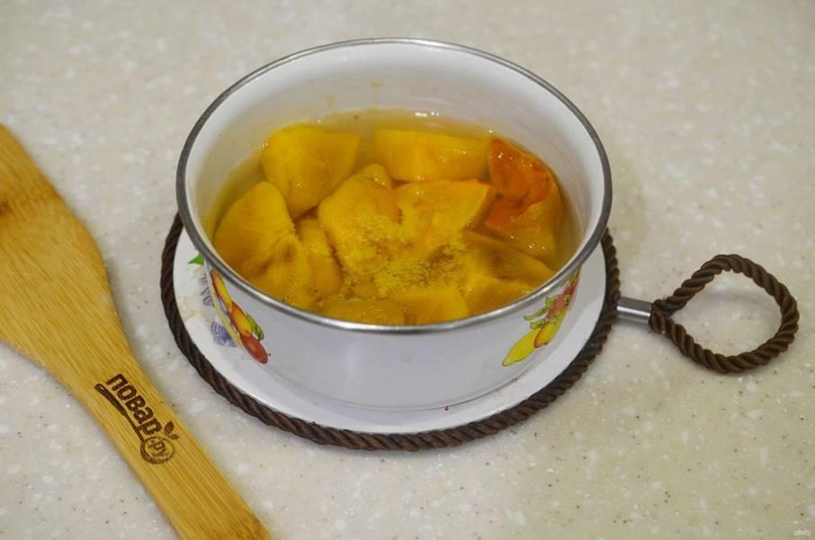 3. Положите хурму в кипящий сироп и варите около 10 минут.