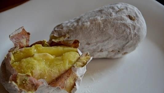 Готовый картофель надрезаем ножом, кладем в середину заправку. Приятного аппетита!
