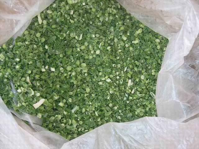 3. Укладываем в пластиковые чистые судочки или в чистые пакеты. Желательно замораживать маленькими порциями, так как повторной заморозке лук не подлежит.