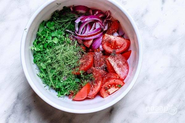 Соедините эти продукты в салатнице. Добавьте к ним соль и перец.