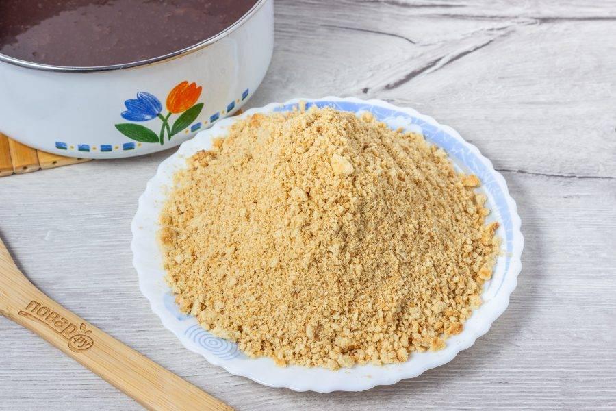 Печенье пробейте блендером. Орехи тоже можно пробить блендером, но не в крошку, а небольшими кусочками.