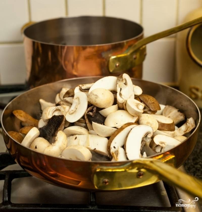 Разогрейте сковороду, налейте оливкового масла и положите сливочное. Когда сливочное растопится, закиньте на сковороду грибы.