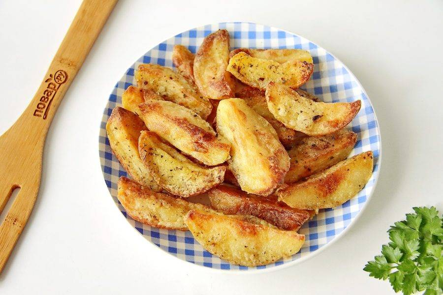 Готовый запеченный отварной картофель переложите на тарелку и сразу подавайте к столу.