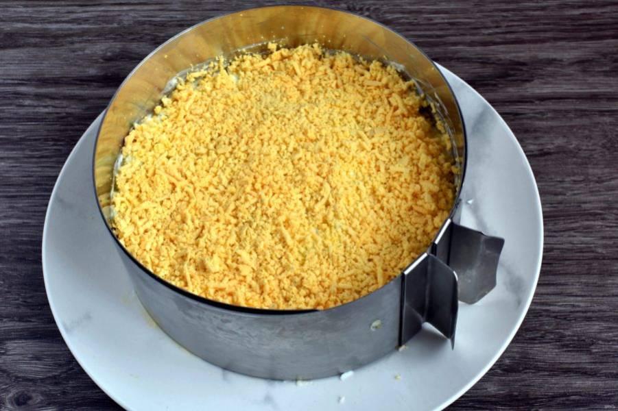 Посыпьте салат протертыми желтками, имитируя песок.