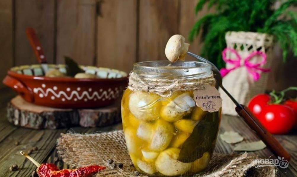 Переложите грибы с маринадом в чистую банку. Закройте её крышкой. Храните закуску в холодильнике около 2-х недель. Приятного аппетита!