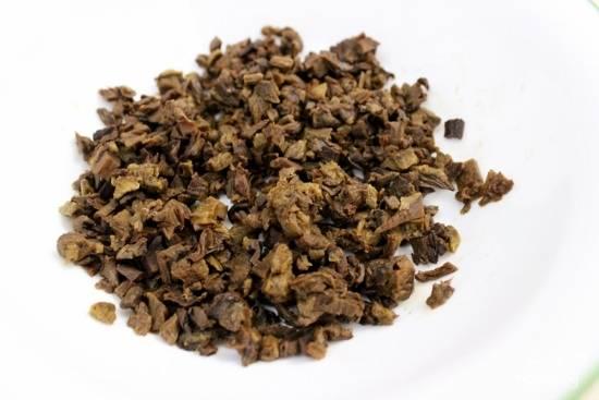 Влейте около 1/2 стакана кипятка в сухие грибы. Пусть постоят около 5-10 минут, пока грибы не смягчатся, после чего мелко нарежьте.
