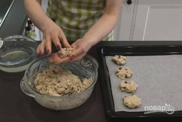 6. Руки смочите лимонной водой и сформируйте печеньки. Выкладывайте их на пергаментную бумагу.