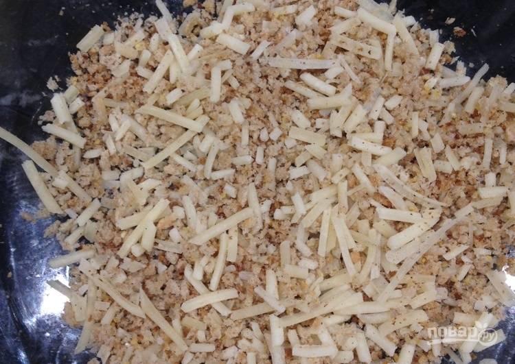 2.Смешайте панировочные сухари с тертым сыром, солью и перцем.