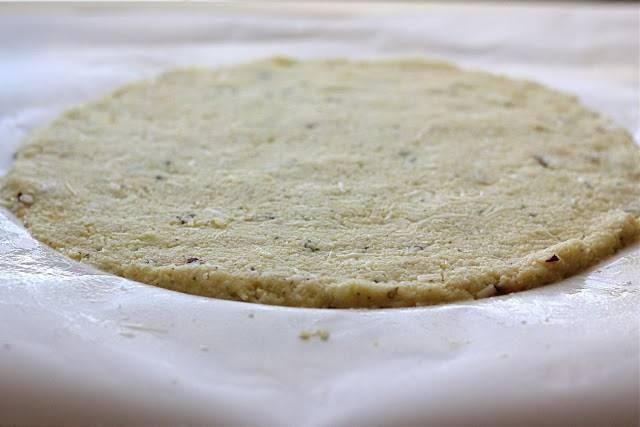 5. Пергамент для выпечки смажьте оливковым маслом (очень удобно использовать для этого спрей), выложите на него корж. Отправьте в разогретую духовку.
