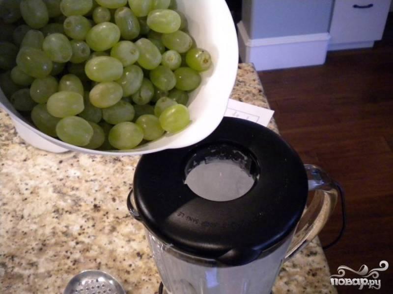 2.Добавить виноград, лук и сок лайма. Приправить солью и перцем.