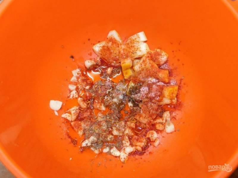 Добавьте оливковое масло, соль и специи.