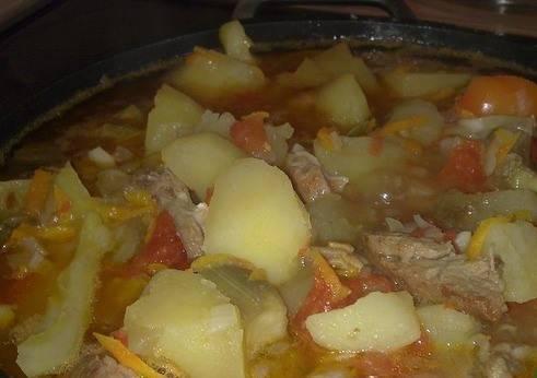 Тушим на медленном огне, пока картофель не разварится, а овощи не обмякнут. В самом конце кладем измельченный чеснок и зелень. Приятного аппетита!