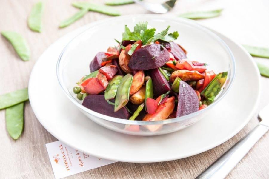 В конце в салат добавьте зелень, сахар, масло и соль. Блюдо перемешайте. Приятного аппетита!