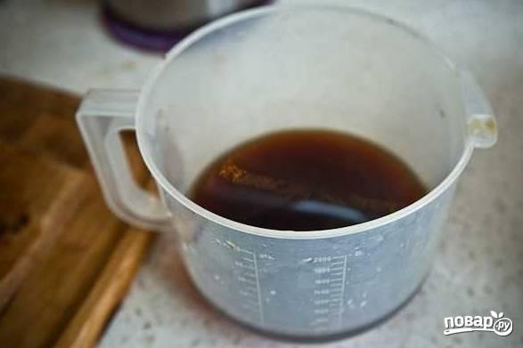 7. Воду от грибов процедите несколько раз и вылейте в кастрюлю. Влейте чистую воду и поставьте на огонь.