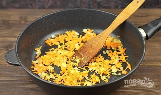 1. На сковороду налейте немного масла. Выложите измельченный лук и морковь, обжарьте минут 5, помешивая.