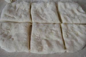 Тесто раскатать и разделить на столько же частей, на сколько разделили филе.
