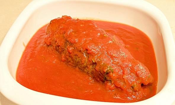 Мясо залейте соусом из томатной пасты  с вином базиликом.