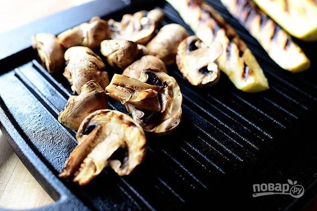 1. На гриле обжарьте нарезанные грибы, цуккини и баклажаны, полив их маслом и приправив солью и перцем по вкусу.