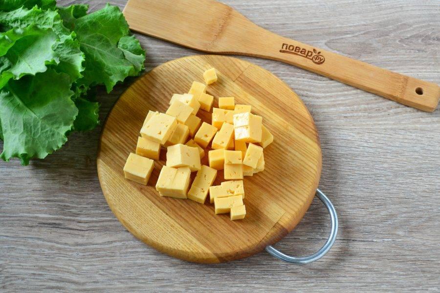 Твердый сыр порежьте на кубики примерно 1х1 см.