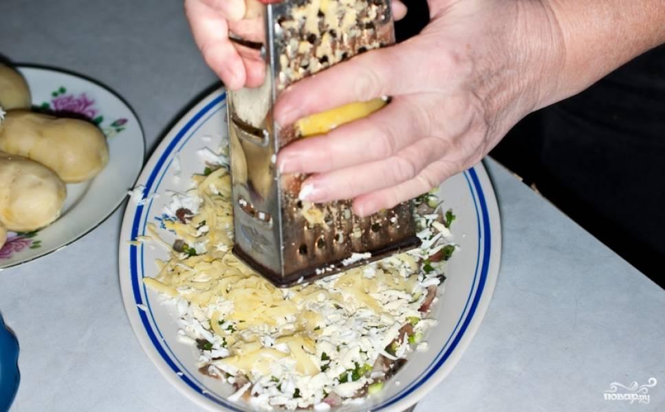 Трем на терке вареный картофель.