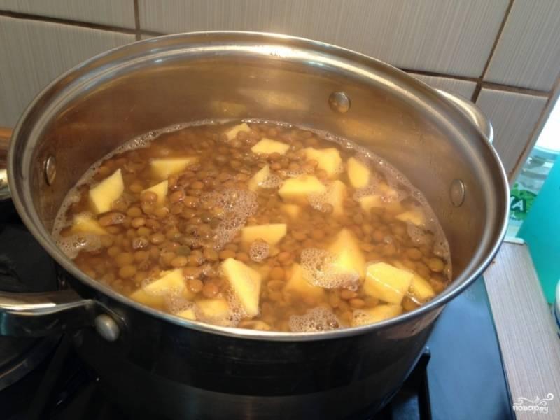 Картофель добавляем к чечевице и варим еще около 15 минут.