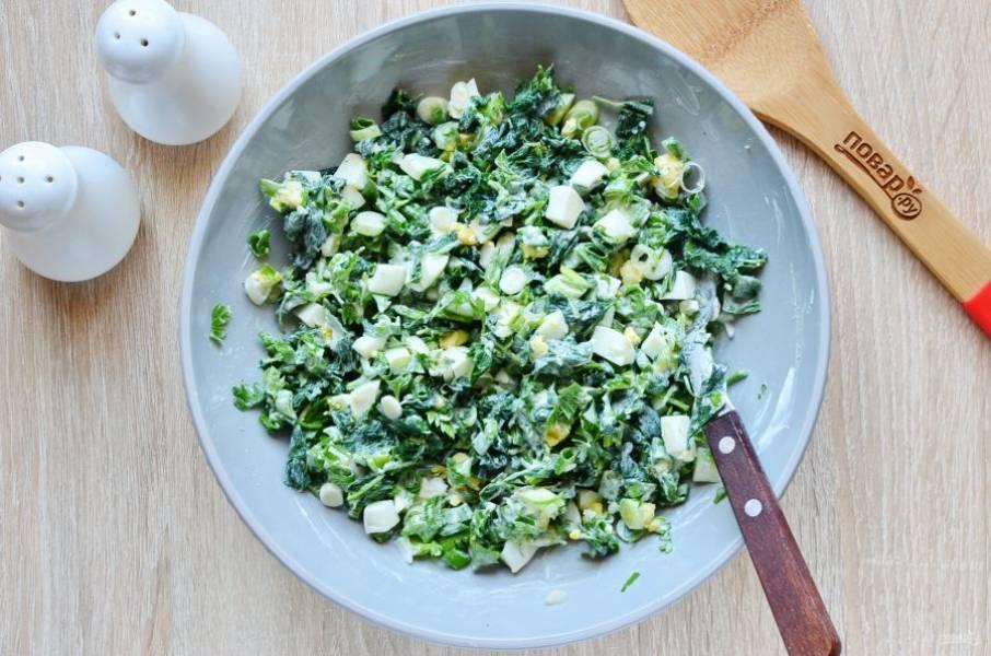 Хорошо перемешайте салат. Сразу подайте к столу.