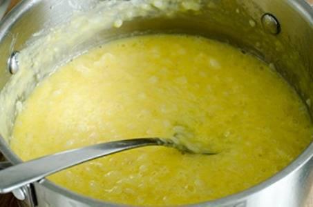 4. После чего полученную массу из желтков и сахара добавляем к рису, перемешиваем.