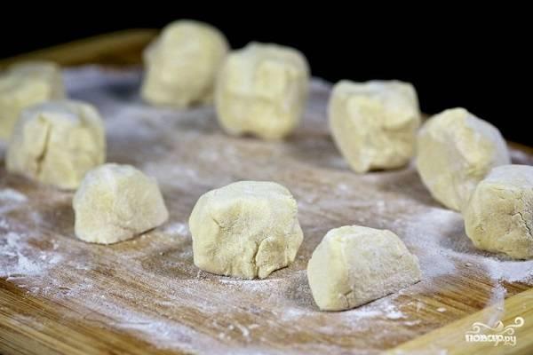 8. Достаньте тесто и разделите на 10 одинаковых кусочков. Параллельно включите духовку, пусть разогревается до 180 градусов.