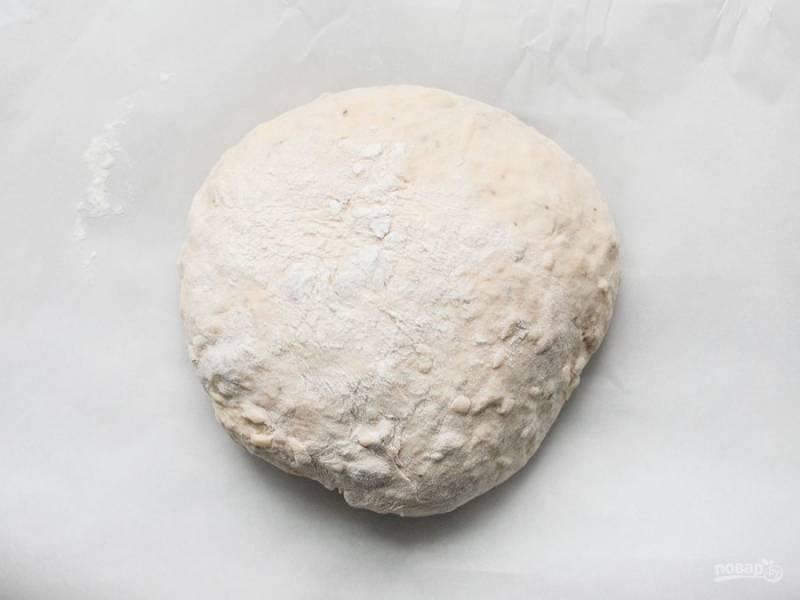 5.Выложите тесто на стол, присыпанный мукой. Обомните тесто 5-6 раз. Накройте его полотенцем и оставьте на 30 минут.