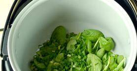 В чаше мультиварки на программе «Выпечка» распускаем сливочное масло, бросаем туда целые листья шпината и нарезанный зелёный лук, размешиваем 1-2 минуты, чтобы зелень обмякла.