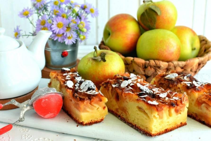 Выньте пирог на решетку и остудите его. Остывший пирог нарежьте на куски, посыпьте сахарной пудрой и подавайте к чаю.