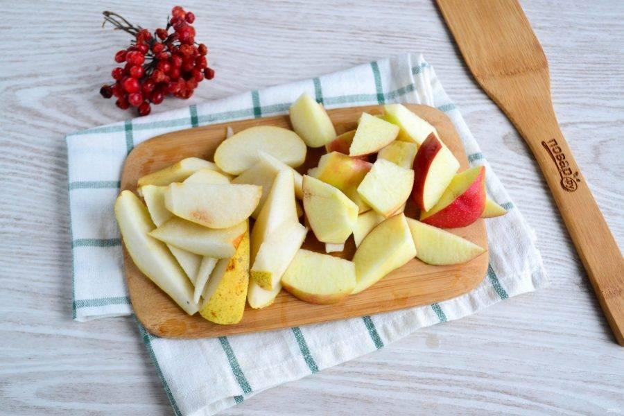 Яблоко и тыкву не очищая порежьте на кусочки примерно такого же размера, как и кусочки тыквы. Сердцевину извлеките.
