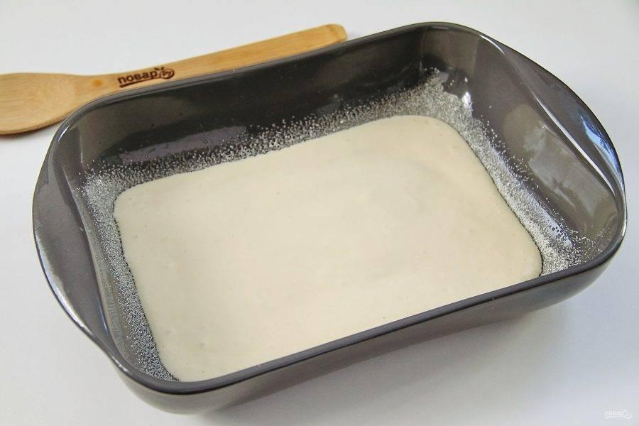 Форму для выпечки смажьте маслом и присыпьте дно и бока мукой или манкой. Налейте примерно половину порции теста.