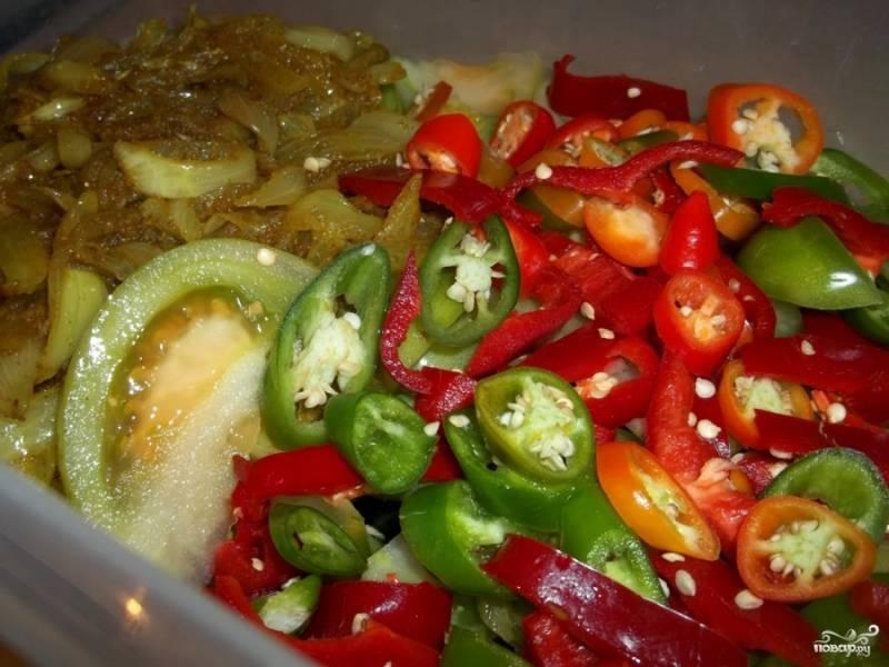 В посудину с помидорами положить обжаренный лук (вместе с маслом, в котором он жарился) и нарезанные перцы.