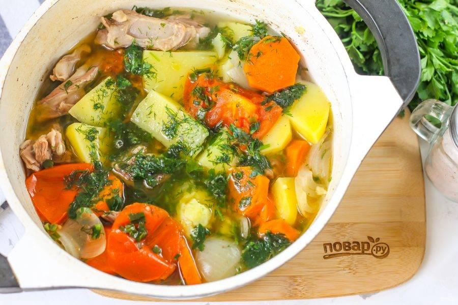 Спустя указанное время выключите нагрев и дайте блюду настояться еще 5 минут. Если вы не добавляли зеленый чеснок, то спрессуйте в емкость очищенный зубчик свежего чеснока и перемешайте.