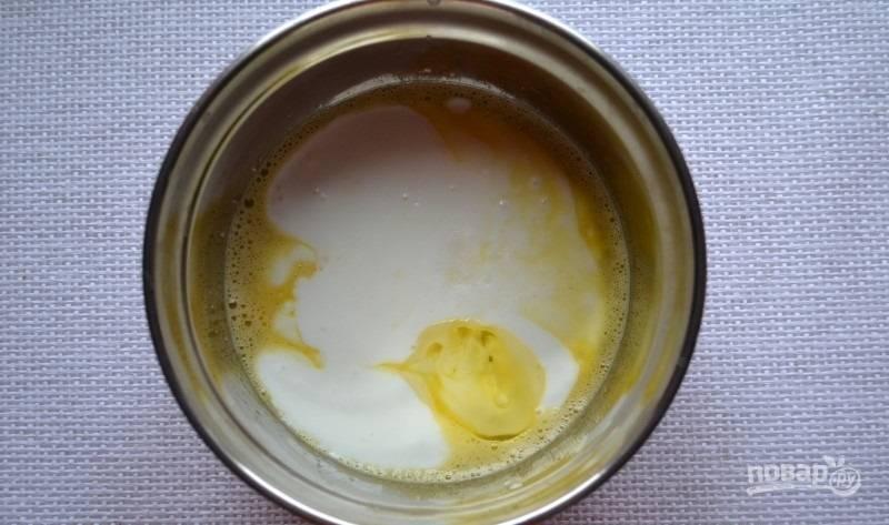 2.Затем влейте кефир и добавьте соду, еще раз хорошенько все размешайте.