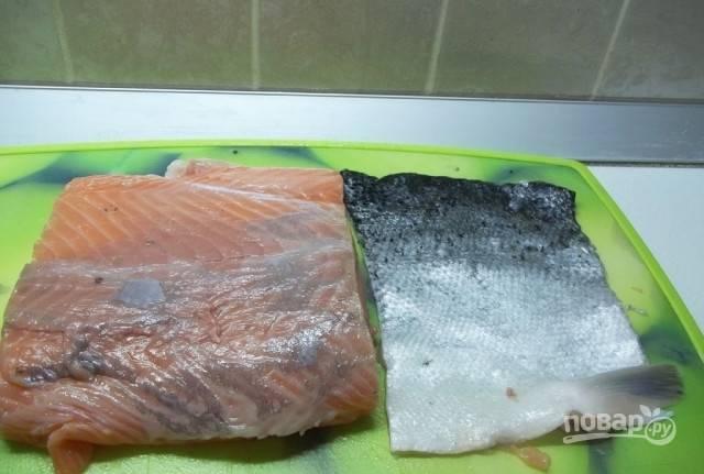 С рыбы удалите кожу и кости при необходимости. Филе промойте и обсушите.