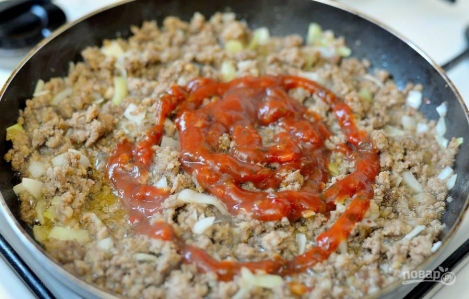 3. Добавьте томатную пасту и тушите мясо 15 минут.