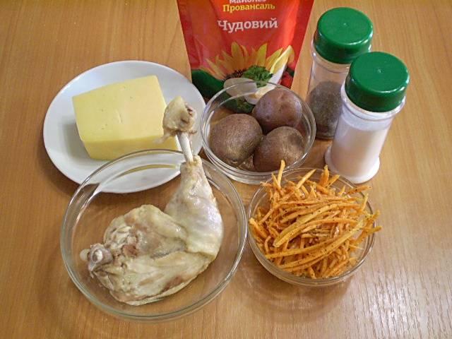 Отвариваем куриное мясо в соленой воде до готовности. В отдельной кастрюле отвариваем картофель в кожуре, остужаем и чистим.
