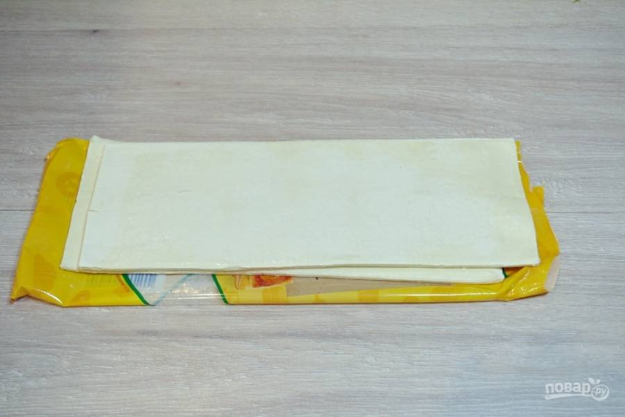 Для приготовления слоеного пирога с вареньем возьмите слоеное бездрожжевое тесто. Тесто следует извлечь из пакета и разморозить. Стол припудрите мукой, чтобы при раскатке оно не прилипло к поверхности.