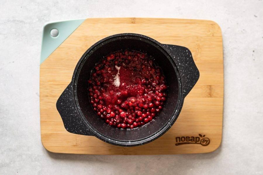 Затем добавьте сахар, перемешайте, чтобы он растворился. Тушите соус 10-15 минут на медленном огне.