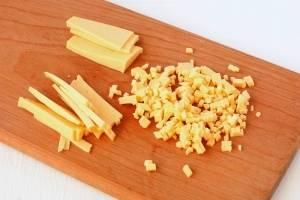 Сыр берем твердых сортов, потому что мягкие сорта сыра в этом салате будут совсем не к месту. Сыр также нарезаем кубиками, я резала сначала на брусочки, а затем - на кубики.
