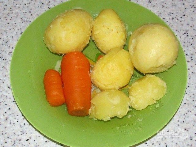 3. Когда овощи остынут, очищаем их от кожуры и нарезаем кубиками.