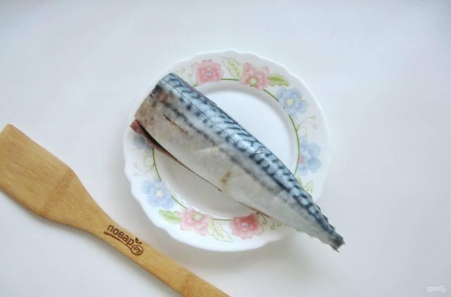 Скумбрию выпотрошите, отрежьте голову и плавники. Удалите черную пленку в брюшке, и хорошо помойте рыбу снаружи и внутри.