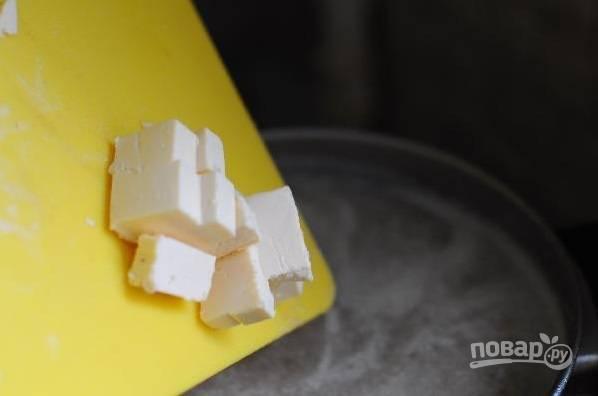 Измельчите готовые овощи блендером. Потом добавьте к ним сырки, продолжая варить суп.