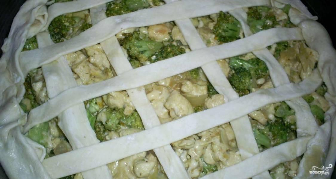 4. Поскольку наш слоеный пирог с курицей и брокколи будет открытыv, верх закрываем лишь полосками из слоеного теста. Теперь отправляем наш пирог в разогретую до 180 градусов духовку на 30 минут.